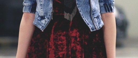 платье из бархата с джинсовой курткой