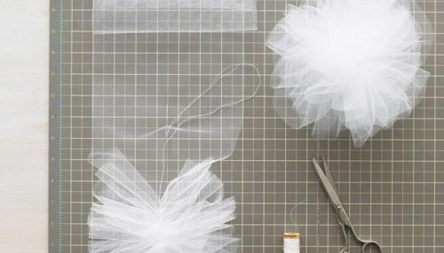 Как украсить помещение помпонами из ткани