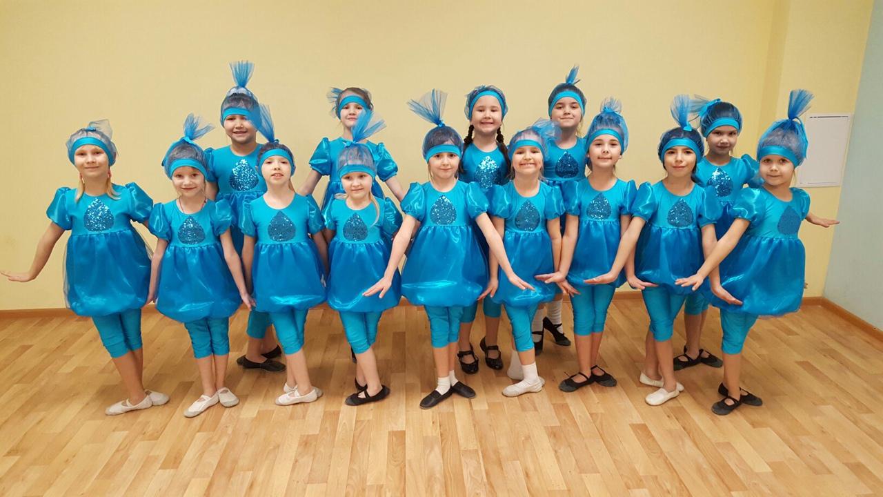 девочки в голубых танцевальных костюмах