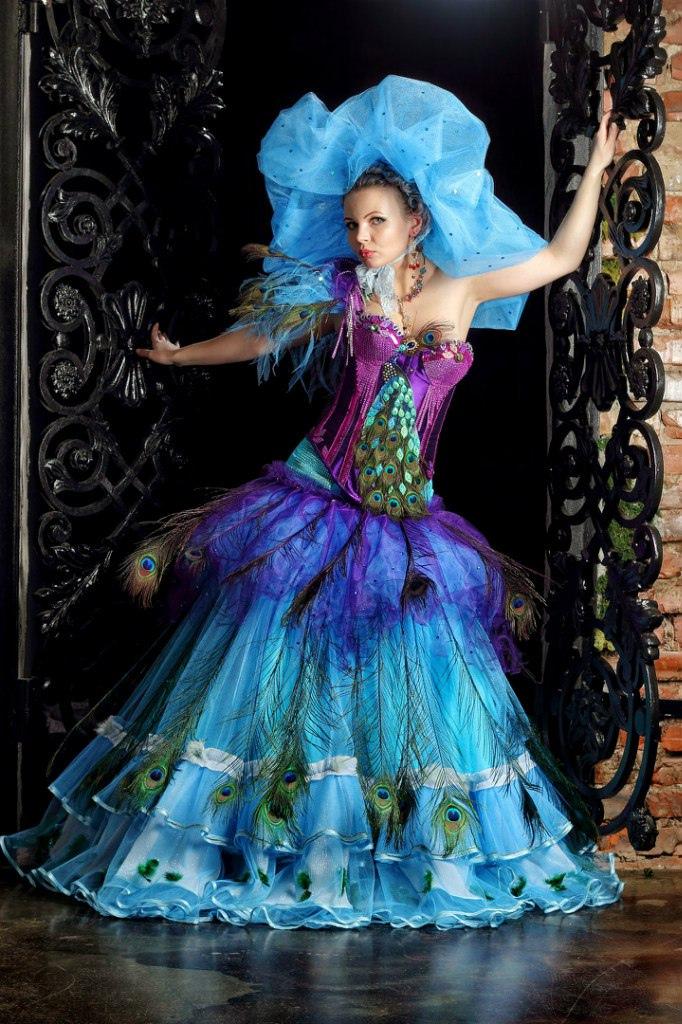 сценический костюм с перьями