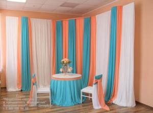 Бирюзовые и персиковые цвета тканей на свадьбе