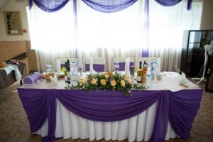 Пример оформления стола для молодых в сиреневых цветах