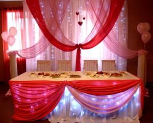 Розовые и коралловые оттенки тканей в украшении свадьбы