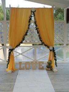 Свадебная арка из желтой ткани
