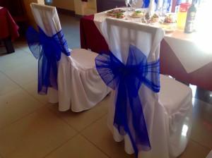 Синие банты на стулья из сетки
