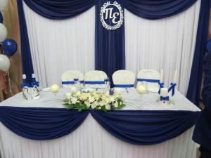 Стол для молодоженов оформление тканями синего и белого цветов