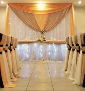 Украшение свадебного зала креп сатином золотых оттенков