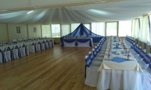 Украшение свадебного зала тканями в синих и белых цветах