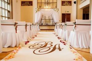 Украшение свадьбы тканями. Чехлы для стульев и свадебная дорожка