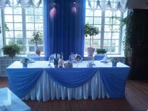 Украшение стола для молодоженов голубым шифоном