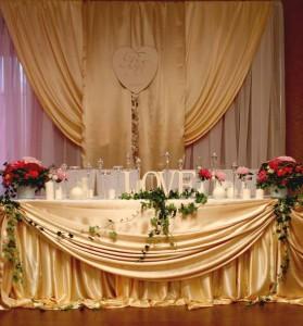 Золотой цвет тканей в оформлении свадьбы