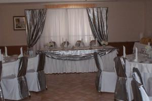 Парча серебряного цвета в украшении свадьбы