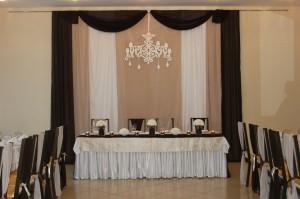 Сдержанное оформление свадебного зала
