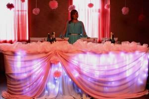 Стол для молодых с розовым шифоном
