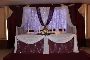 Украшение свадьбы тканями цвета марсала