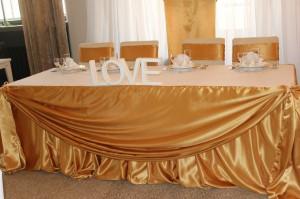 Украшение стола для молодых золотым креп сатином