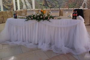 Украшение стола молодоженов белым фатином